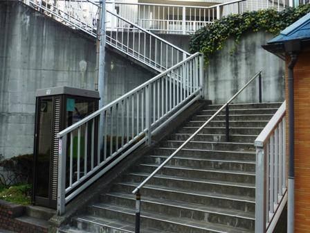 坂途中の階段
